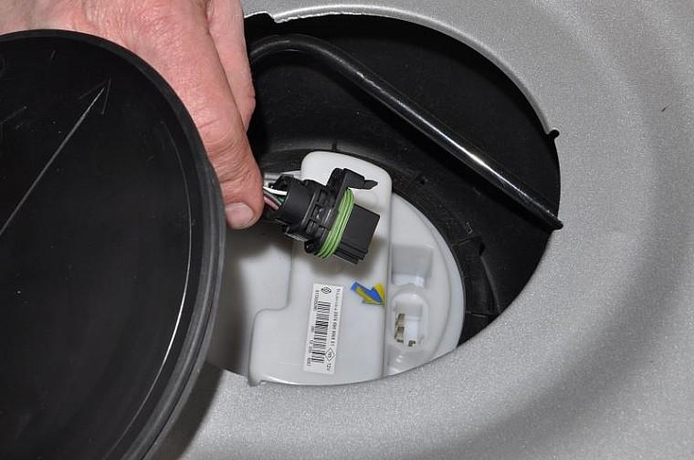 Как заменить топливный фильтр на Дастере