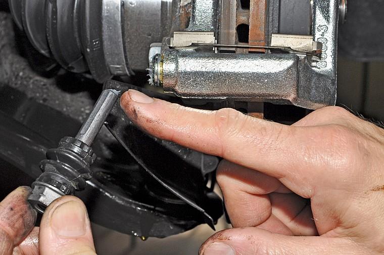 Замена передних колодок Nissan Almera G15