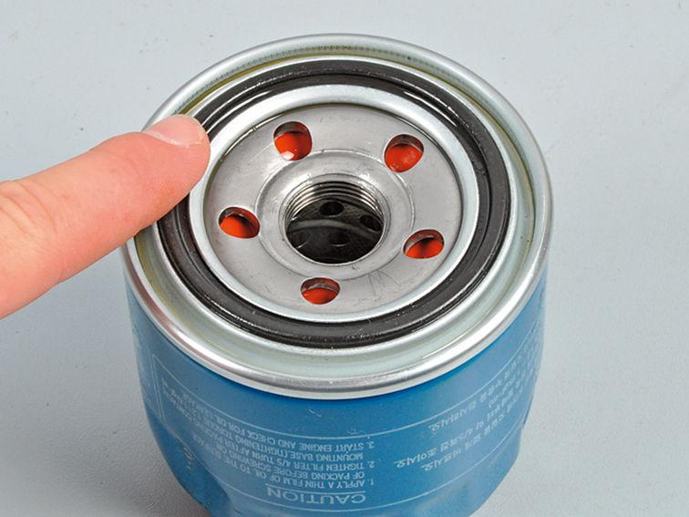 смазываем резиновое кольцо маслом